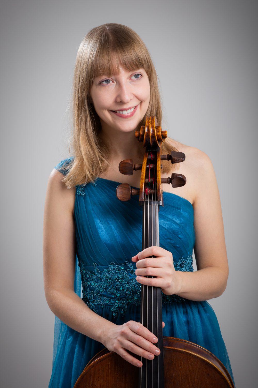 Isabel Gehweiler in blue dress with her instrument